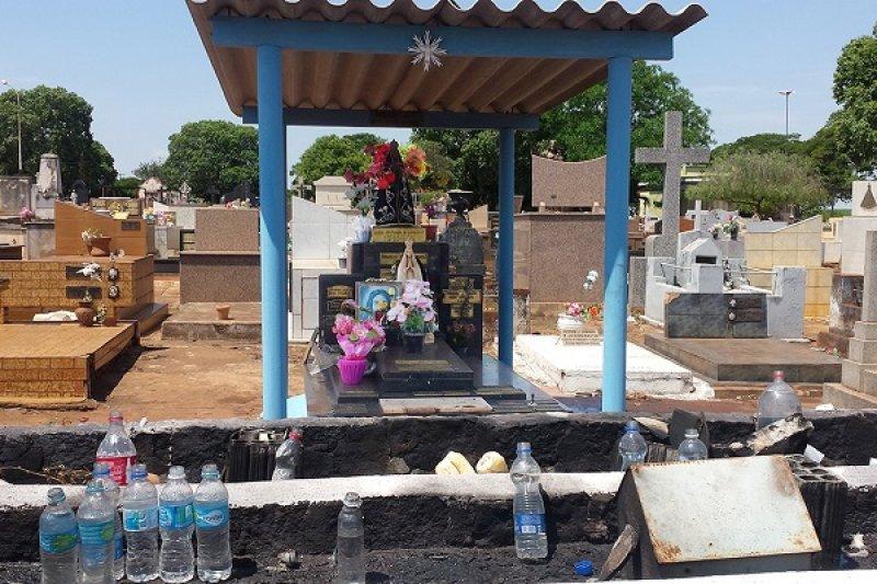 Morta pelo padrasto, jovem vira santa popular e é venerada no cemitério de Barretos