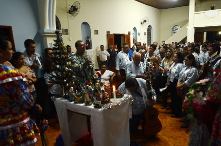 Companhia de Reis do Brejinho canta diante do presépio na Capela da Lagoinha. Foto Aquino José