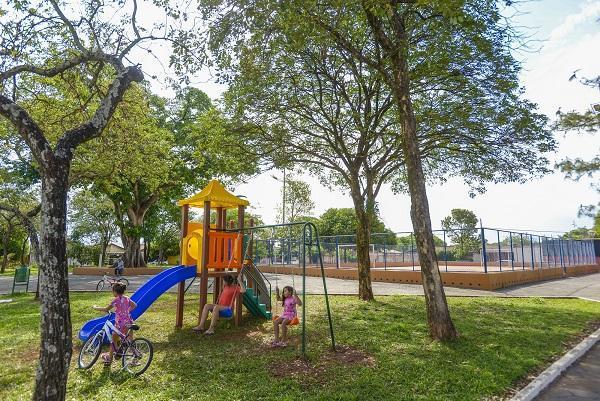 Prefeitura instala playgrounds em praças e áreas públicas