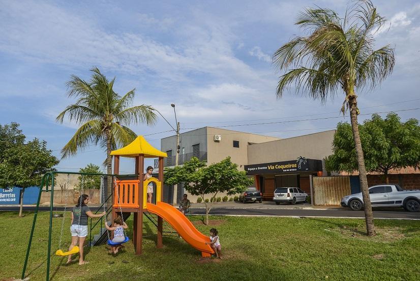Prefeitura de Barretos instala playground em áreas verdes e praças