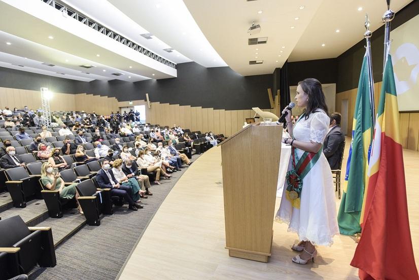 Paula Lemos é empossada como primeira prefeita mulher no município de Barretos