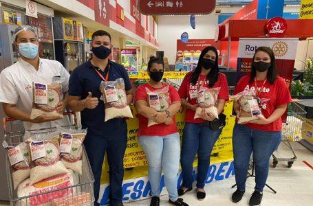 Rotary realiza arrecadação de alimentos na loja do Extra