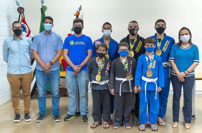 Medalhistas de jiu-jitsu e luta olímpica são recepcionados por prefeita
