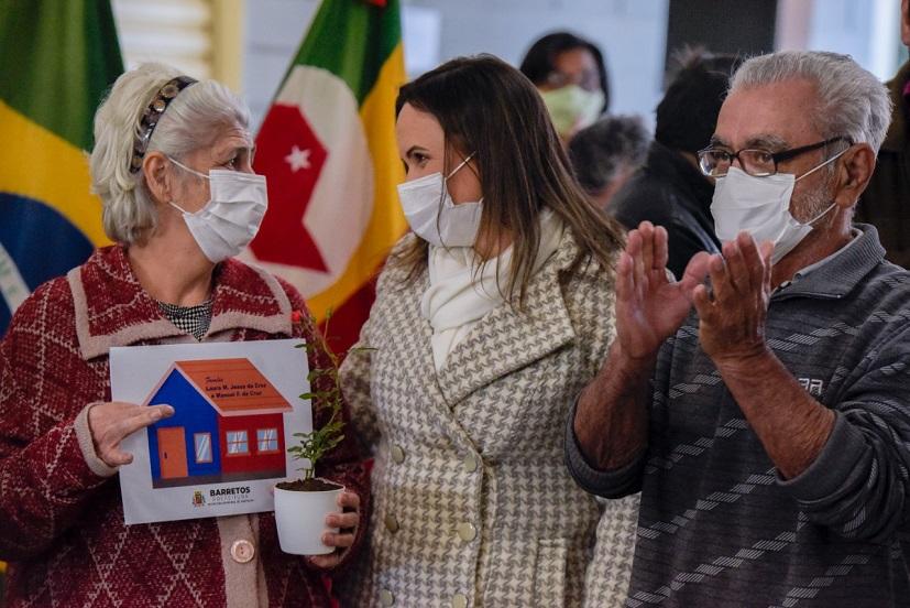 Prefeitura entrega certidões imobiliárias para 63 famílias do Santa Cecília