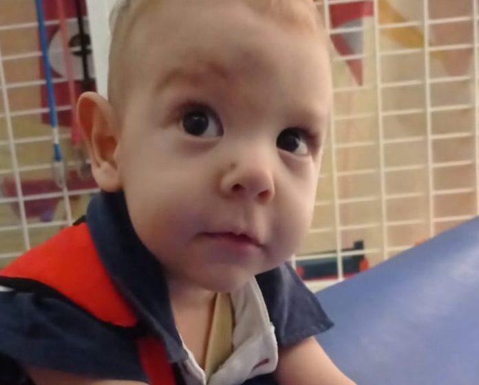 Pais criam rifa para custear tratamento do filho de 2 anos